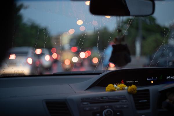 フロントガラスにコーティングをするメリットは?雨の日のドライブも快適!